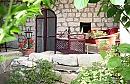 מיקי'ס -  גן העדן  של גלוריה  מוקפים בצימחיה