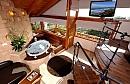 גלריית שינה וחלונות ענקיים בסוויטת בלקוני