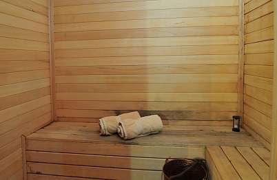 צימר in north area | Ahuzat Ahava beMerom - The love ranch at Merom - סאונה זוגית עם ספסלי ישיבה נוחים