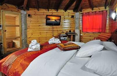 צימר in north area | Ahuzat Ahava beMerom - The love ranch at Merom - מיטה רחבה ומצעים נעימים...