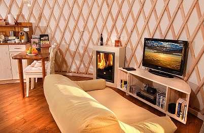 צימר באיזור הצפון | סי זן | Sea Zen - ספת פוף רכה בעיצוב מקורי מול מערכת קולנוע ביתית - השילוב המושלם