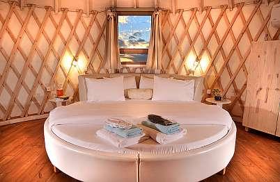 צימר באיזור הצפון | סי זן | Sea Zen - מיטה עגולה וגדולה עם שכבת פינוק עבה התומכת בכל חלקי הגוף