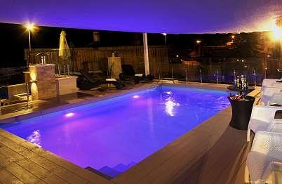 צימר באיזור הצפון | בית האמנים - הבריכה המחוממת בשעות הערב