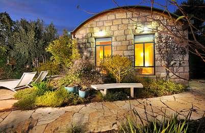 צימר באיזור הצפון | תכלת - בית של חופש - בנייה בסגנון מודרני עתיק ושבילים מאבן טבעית