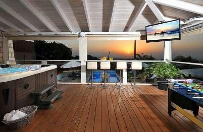 צימר באיזור הצפון   סוויטת אלוני - המרפסת צופה אל מתחם הבריכה ואל נוף הים שבמרחק
