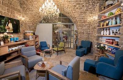 צימר באיזור הצפון | זרקא | ZARQA - פינת לובי חמיחמה המשמשת כבית קפה ופינת קריאה