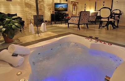 צימר in north area | Or Bekerem - Luxurious Suites - ג'קוזי זוגי עם תאורה רומנטית מתחלפת בגוונים שונים