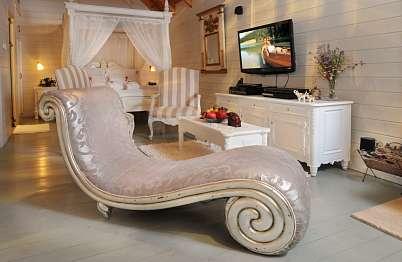 צימר in north area | Or Bekerem - Luxurious Suites - אטרקציה לאוהבי סרטים בפינת לאונג' מעוצבת